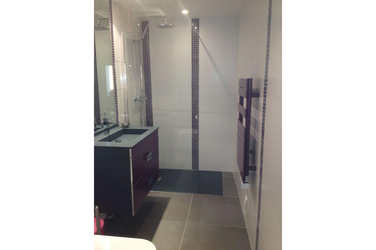 rénovation salle d 'eau avec douche à l'italienne et meuble suspendu