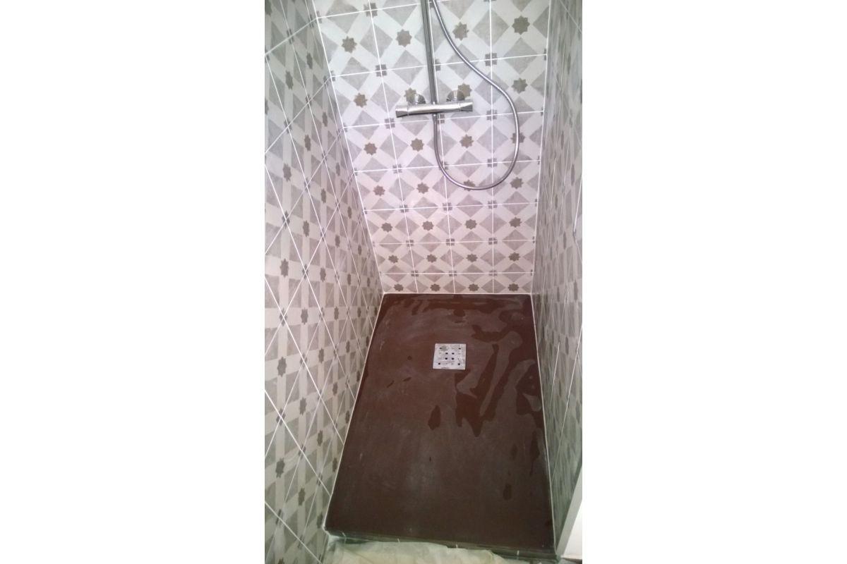 Coin douche dans une  chambre - carreaux de ciments - Cassis